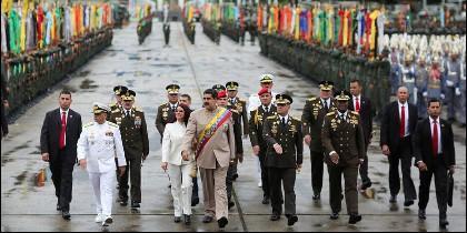 Nicolás Maduro en un desfile militar, flanqueado por su esposa, Cilia Flores, y por el ministro de la Defensa, Vladimir Padrino López.