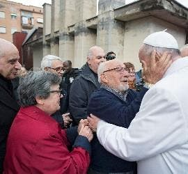 El Papa Francisco, con los ancianos
