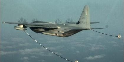 Un KC-130 Hercules durante una operación de reabastecimiento