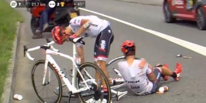 Alberto Contador se cae en el Tour de Francia.