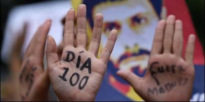Manifestantes venezolanos contra la dictadura chavista, tras 100 días de protestas.