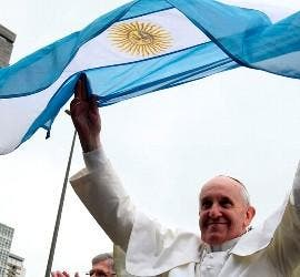 El Papa, con una bandera argentina