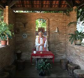 Padre Ángel, en la capilla de Casaldáliga