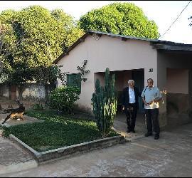 Padre Ángel y Féliz Valenzuela, ante la casa de Casaldáliga