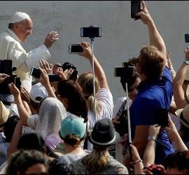 El Papa saluda en San Pedro