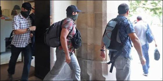 Agentes de la Guardia Civil de paisano salen del Parlament catalán.