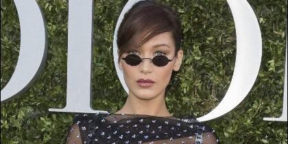 Bella Hadid con gafas mini