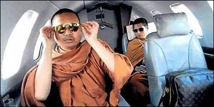 Monjes budistas en jet privado.
