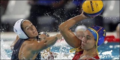 La waterpolista española Anna Espar intenat lanzar ante la defensa de la estadounidense Rachel Fattal.