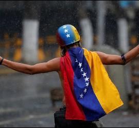 Un opositor demócrata se amnifiesta contra la dictadura en Venezuela.