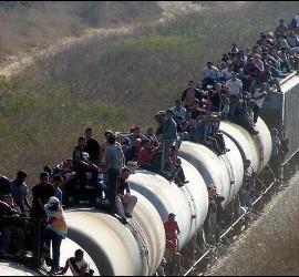 Inmigrantes centroamericanos intentan llegar a la frontera de México con EEUU encaramados en un tren.