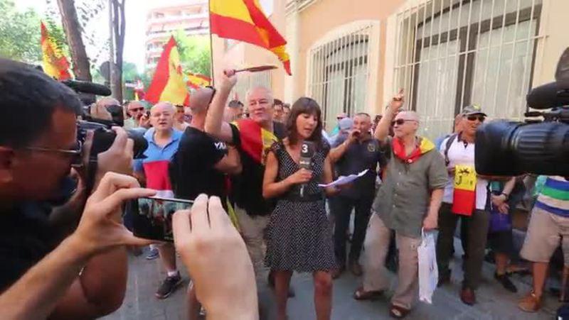 Los manifestantes a favor de España y La Guardia Civil dedican unas 'palabras' a la reportera de TV3 ante el cuartel de la Guardia Civil en Barcelona.