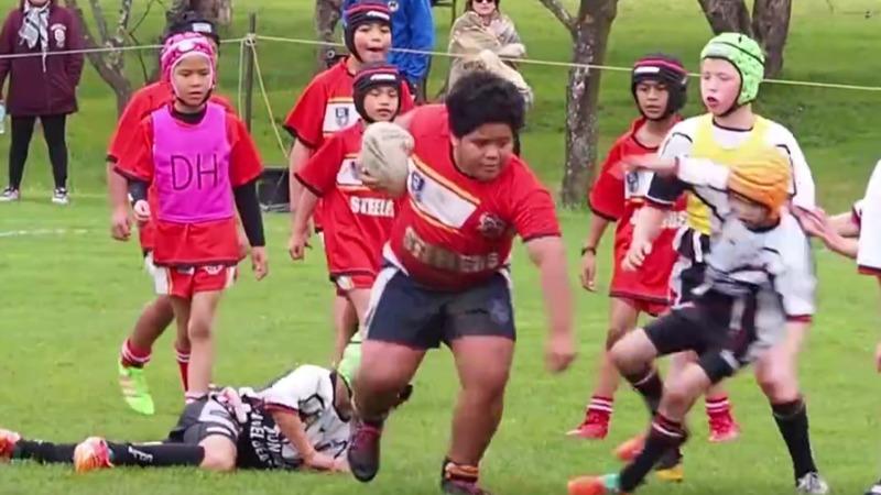 El niño gigante que arrasa en la liga infantil de rugby.