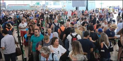 Colas de turistas para pasar el control de seguridad en la T1 del aeropuerto de El Prat