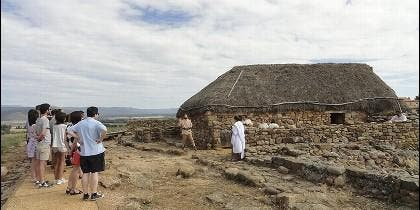 Turistas descubriendo el yacimiento de Numancia