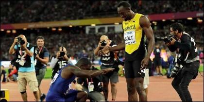 Justin Gatlin se postra ante Usain Bolt, tras derrotarle en los 100 metros lisos.