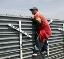 Un inmigrante mexicano intenta cruzar la frontera con EEUU