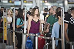 Colas de turistas en los controles de seguridad del Aeropuerto.