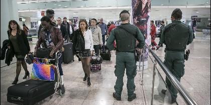 Agentes de la Guardia Civil vigilan en el Aeropuerto de El Prat.