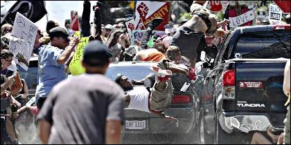 Un coche atropella a la multitud en el caos en Charlottesville