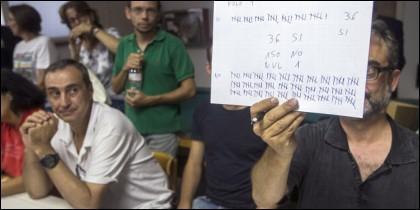 Los trabajadores de Eurlen en el Prat votan a favor de la huelga.