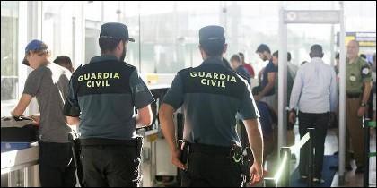 Agentes de la Guardsia Civil en los controles de seguridad del aeropuerto.