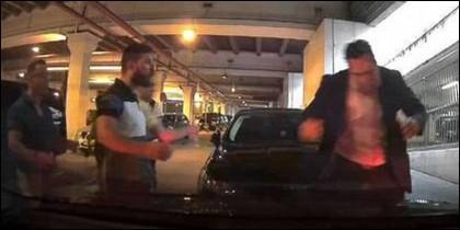 El momento en que un grupo de taxistas agrede a Eduardo Martín, presidente de Unauto VTC, en el aeropuerto de Málaga.