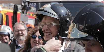 La alcaldesa de Madrid Manuela Carmena, disfrazada de bombero.
