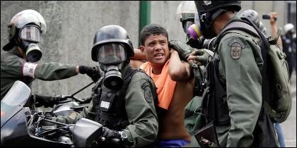 La policía chavista se lleva a un joven manifestante, que exigía libertad en Venezuela.