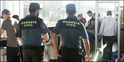 Agentes de la Guardia Civil en un control de seguridad del aeropuerto.