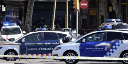 Un vehículo atropella a decenas de personas en el centro de Barcelona.
