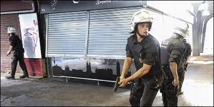 Agentes de Policía, pistola en mano, a la caza de terroristas islámicos en Barcelona.