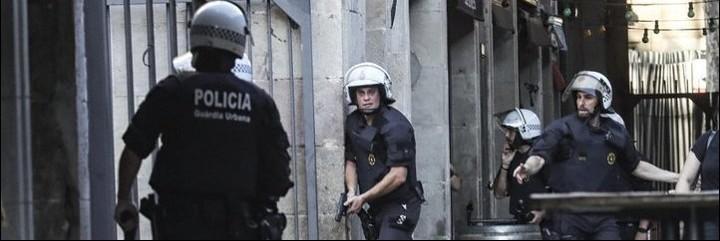 Agentes de policía pistola en mano de despliegan a la caza de terroristas islámicos.