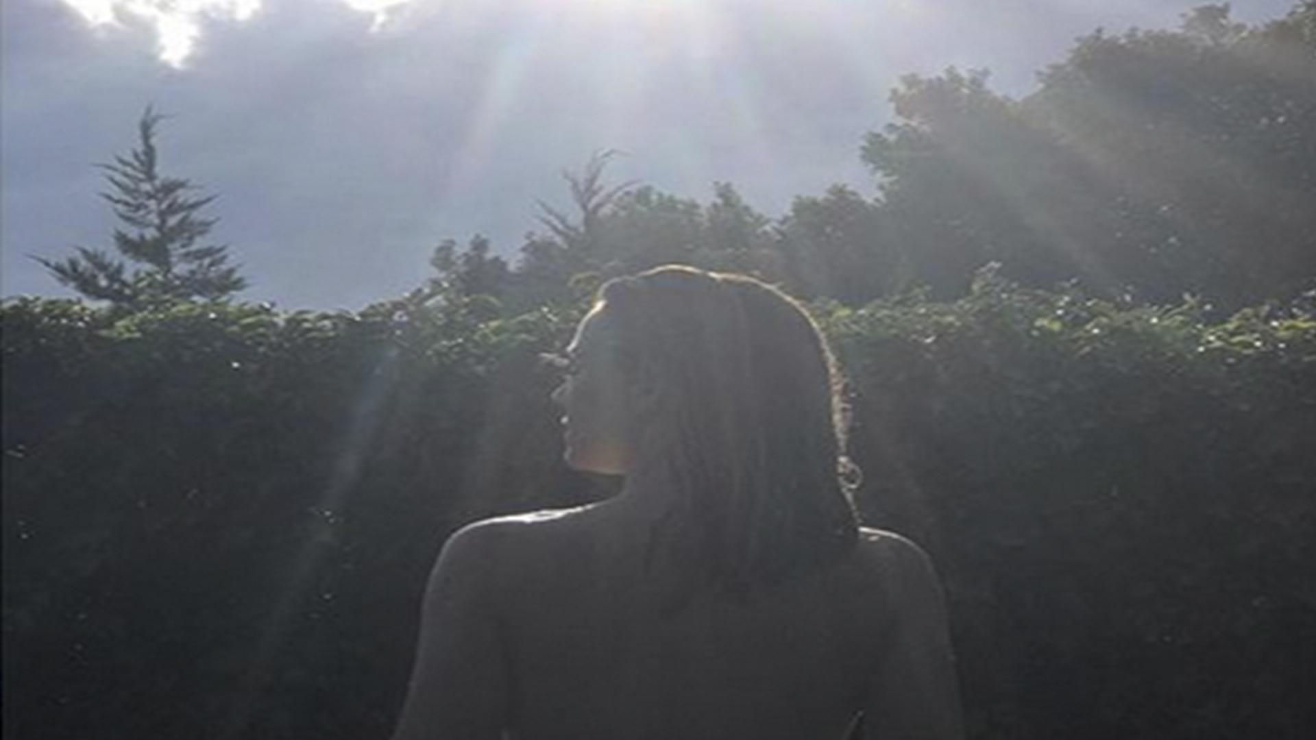 Edurne hace arder las redes con esta foto desnuda en la for Desnudas en la piscina