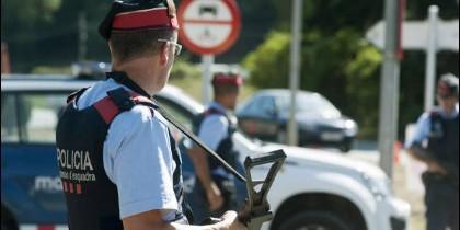 Agentes de los Mossos d´Esquadra realizan un control cerca de Ripoll.