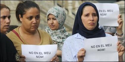 Mujeres musulmanas con carteles en catalán.