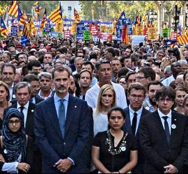 El Rey, con Rajoy, Puigdemont y otros en la manifestación de Barcelona.