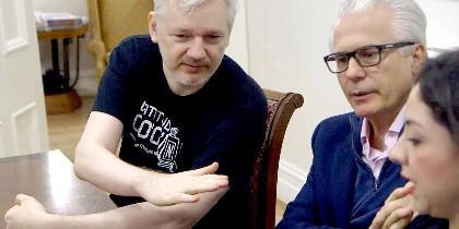 Julian Assange con Baltasar Garzón.
