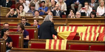 Àngels Martínez (PODEMOS), retirando las banderas españolas del Parlamento de Cataluña.