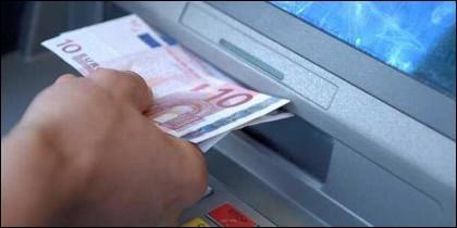 Dinero en el cajero automático del banco.