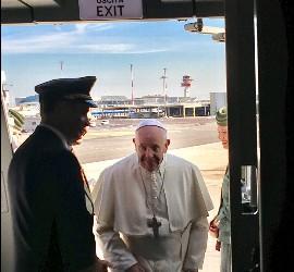 Francisco, entrando en el avión