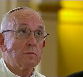 El Papa, rezando en la catedral