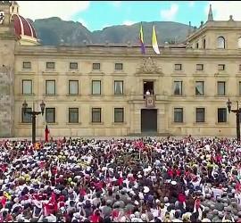 Decenas de miles de jóvenes en la plaza