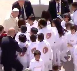 Decenas de niños con el Papa