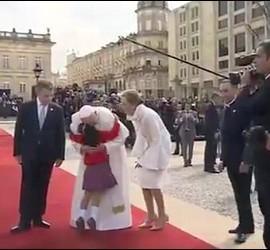 El Papa abraza a una niña