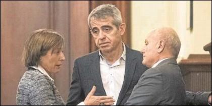 Carme Forcadell presionando a Antoni Bayona y a Xavier Muro.