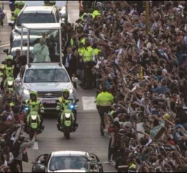 Una multitud acompaña al papa en Bogotá