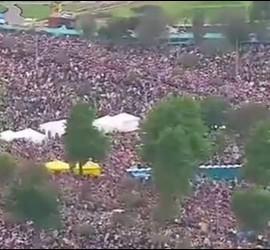 Centeanares de miles de fieles en el parque