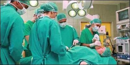 Médicos en el quirófano en plena operación.