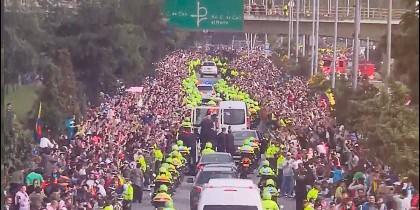 Una riada humana acompaña al Papa en Bogotá